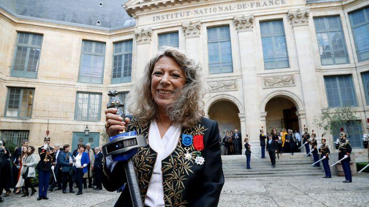 """L'académicienne Barbara Cassin avec son """"épée laser"""". (FRANCOIS GUILLOT / AFP)"""