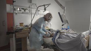 Un malade du Covid-19 dans le service pneumologie de l'hôpital de Carcassonne (Aude), le 1er décembre 2020. (IDRISS BIGOU-GILLES / HANS LUCAS / AFP)