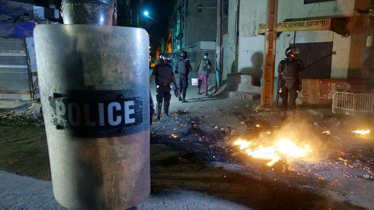 Intervention de la police dans les rues de Dakar, au Sénégal, dans la nuit du 3 au 4 juin 2020. Des émeutes éclatent dans tout le pays pour réclamer un allègement des mesures de lutte contre l'épidémie de coronavirus. (CHRISTOPHE VAN DER PERRE / REUTERS)