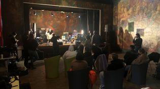 Le rappeur Dinos répond aux questions des journalistes en herbe de LC Mag, à La Courneuve. (Yann Bertrand / Radio France)