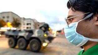 Un homme avec un masque à Casablanca, le 20 mars 2020. (STR / AFP)