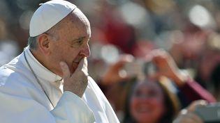 Le pape François place Saint-Pierre, à Rome, le 15 mars 2017. (VINCENZO PINTO / AFP)
