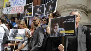 Des soutiens du journaliste français Loup Bureau, détenu en Turquie, se réunissent devant la mairie du 4e arrondissement de Paris, le 23 août 2017. (THOMAS SAMSON / AFP)