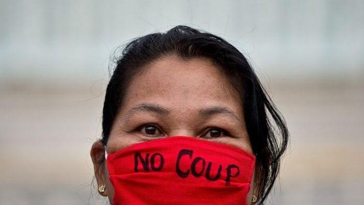 Une manifestante lors d'une manifestation d'opposition à la junte au Monument de la Victoire, à Bangkok, le 27 mai 2014. (MANAN VATSYAYANA / AFP)