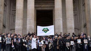 Des survivants et des familles de victimes de la tour Grenfell à Londres massés sur les escaliers de le cathédraleSaint-Paul de Londres (Royaume-Uni), le 14 décembre 2017 (SHUTTERSTOCK / SIPA)