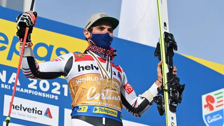Mathieu Faivre sur le podium des championnats du monde après son titre en géant, vendredi 19 février 2021. (FABRICE COFFRINI / AFP)