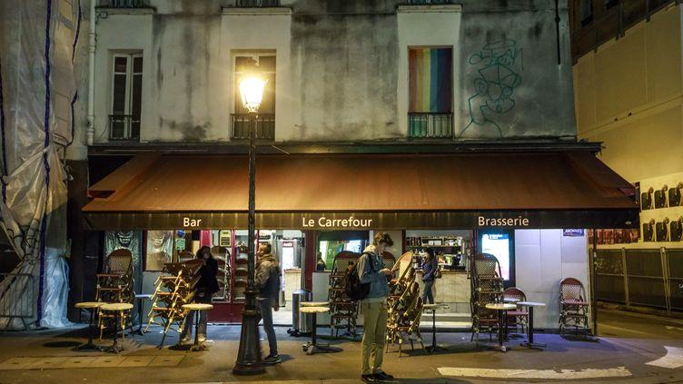 Un bar à Paris ferme ses portes à partir de 22 heures, le 28 septembre 2020. (CHRISTOPHE PETIT TESSON / EPA)