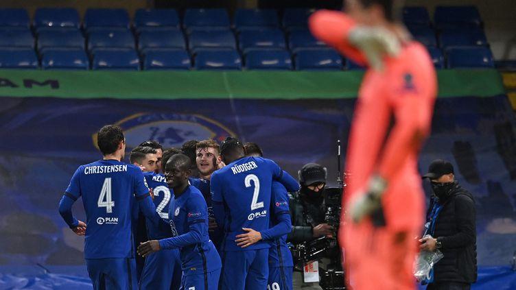 Le bonheur de N'Golo Kanté et des Blues de Chelsea, qualifiés pour la finale de la Ligue des champions en éliminant le Real Madrid de Thibaut Courtois, le 5 mai 2021. (GLYN KIRK / AFP)