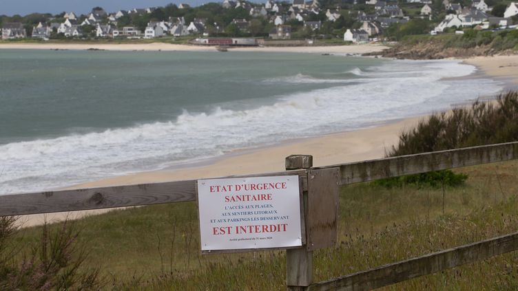 L'entréede la grande plage d'Audierne (Finistère), interdite au public, le 30 avril 2020. (QUEMENER YVES-MARIE / MAXPPP)