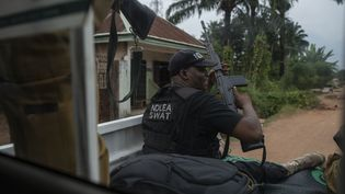 L'agence de lutte contre la drogue du Nigeria en opération de ratissage le 22 novembre 2018 dans le village d'Obinugwu. (STEFAN HEUNIS / AFP)