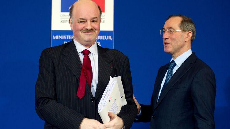 Le président de l'Observatoire national de la délinquance, Alain Bauer (g), et le ministre de l'Intérieur, Claude Guéant (d), le 17 janvier 2012 à Paris, lors de la remise du rapport sur les chiffres de la criminalité pour l'année 2011. (MARTIN BUREAU / AFP)