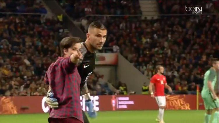 Une supportrice portugaise pénètre sur le terrain pour embrasser Anthony Lopes.