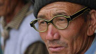 Un habitant de l'Himalaya se fait offrir des lunettes à sa vue. (france 3)
