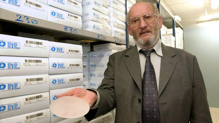 Jean-Claude Mas, président de la société Poly Implants Prothèses, présente une prothèse mammaire à base de gel de silicone fabriquée par sa société, à la Seyne-sur-Mer (Var), le 17 janvier 2001. (ERIC ESTRADE / AFP)