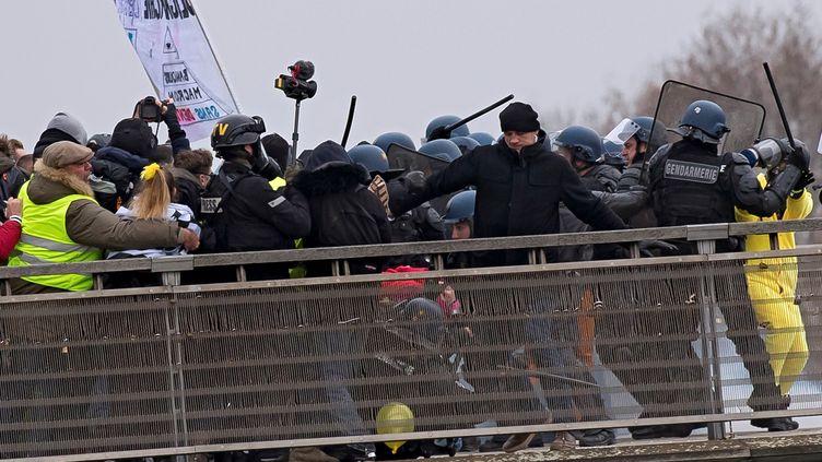 """Christophe Dettinger (à droite avec une veste noire) lors d'une manifestation des """"gilets jaunes"""" le 5 janvier 2019 à Paris. (IAN LANGSDON / EPA)"""