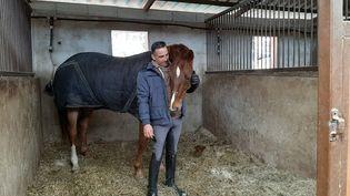 Alexandre Ayache et son cheval Zo What, dans leur écurie près de Lantosque (Alpes-Maritimes), en février 2021. (ALAIN GASTAL / RADIO FRANCE)