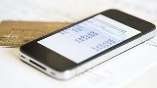 Plusieurs applications permettent de gérer son ou ses comptes en banque. (GABRIEL SANCHEZ / MAXPPP)
