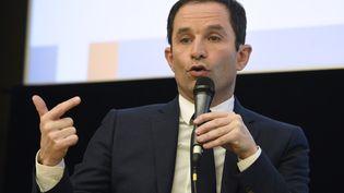 Benoît Hamon s'exprime devant l'Assemblée des départements français, à Paris, le 8 mars 2017. (ERIC FEFERBERG / AFP)