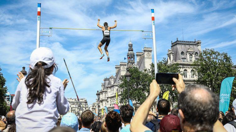 Démonstration de saut à la perche sur le pont d'Arcole, à proximité de l'Hôtel de ville de Paris, en juin 2018. (FR?D?RIC DUGIT / MAXPPP)
