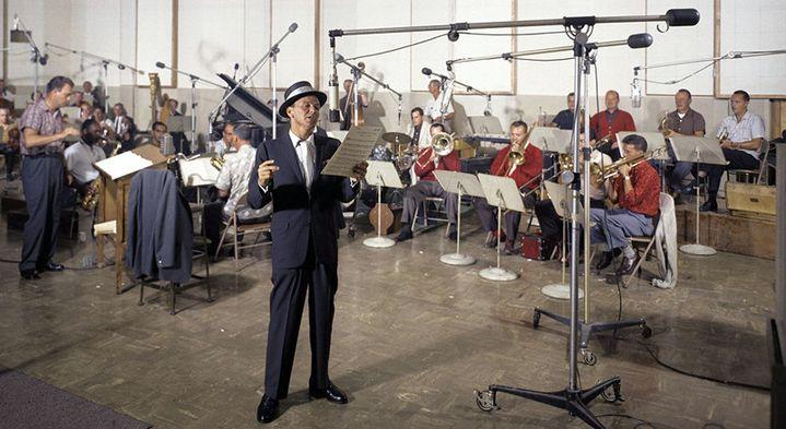 """Une star en session d'enregistrement, l'une des nombreuses photos du livre """"Sinatra 100""""  (Fonds Mercator)"""