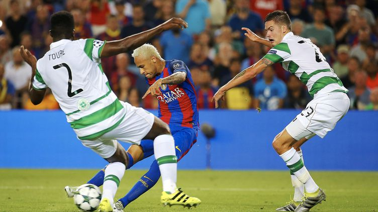 Neymar a pris le meilleur sur la défense du Celtic (ALEJANDRO GARCIA / EFE)