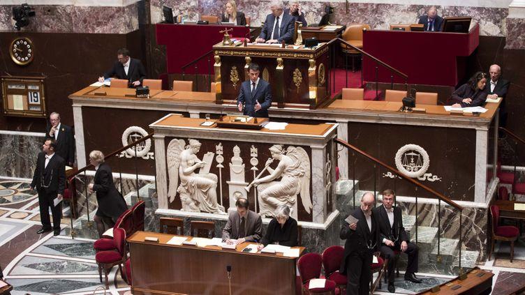 (Le premier ministre Manuel Valls présentant aux députés le projet de loi sur la prolongation de l'Etat d'urgence. © Maxppp)