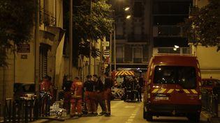L'incendie a fait sept blessés graves dans un immeuble d'Aubervilliers (Seine-Saint-Denis) dimanche 19 août. (THOMAS SAMSON / AFP)