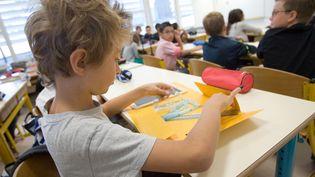 Un élève sort ses affaires d'école le jour de la rentrée, le 3 septembre 2009. (SERGE POUZET / SIPA)