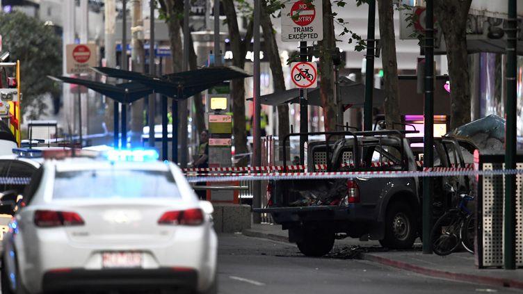 Un véhicule brûlé, sur la scène d'une attaque considérée comme terroriste, à Melbourne (Australie), le 9 novembre 2018. (WILLIAM WEST / AFP)