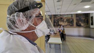 Un médecin dans un centre de test de dépistage du coronavirus, à Montargis (Loiret), mardi 7 juillet 2020. (GUILLAUME SOUVANT / AFP)