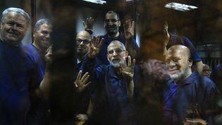 Le Guide suprême des Frères musulmans,Mohamed Badie (C), entouré d'autres dirigeants de la confrérie, dans une prison du Caire (Egypte), le 15 septembre 2014. (AHMED RAMADAN / ANADOLU AGENCY / AFP)
