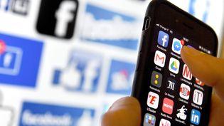 L'idée serait de plaquer cette mécanique sur l'étude des médias et des réseaux sociaux, afin de repérer des tendances, politiques ou autres, d'établir des schémas et d'anticiper des événements. (J?R?MIE FULLERINGER / MAXPPP)