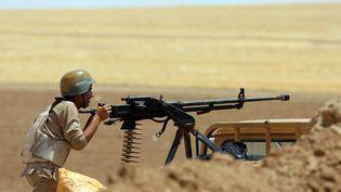 Des combattants syriens et kurdes combattent en Irak, dans la région de Mossoul, le 5 août 2014. (EMRAH YORULMAZ / ANADOLU AGENCY / AFP)
