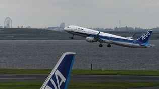 Un avion de la compagnie japonaise ANA décolle de Tokyo, le 2 août 2017. (TOSHIFUMI KITAMURA / AFP)