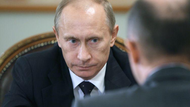 Vladimir Poutine s'entretient avec le directeurde l'agence nucléaire russe, le 9 décembre 2009, à Novo-Ogaryovo (Russie) (ALEXEY DRUZHININ / AFP)