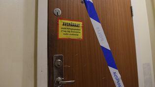 La porte d'un appartement à Haninge, au sud de Stockholm (Suède), où un homme d'une quarantaine d'années qui était maintenu enfermé par sa mère a étédécouvert, le 1er décembre 2020. (JONATHAN NACKSTRAND / AFP)