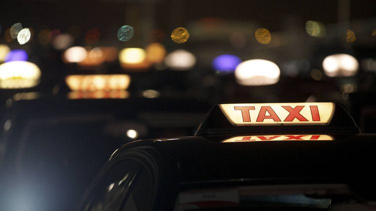 Un taxi a transporté les trois suspects de l'attentat de l'aéroport de Bruxelles mardi 22 mars 2016 au matin. (NICOLAS MAETERLINCK / BELGA MAG / AFP)