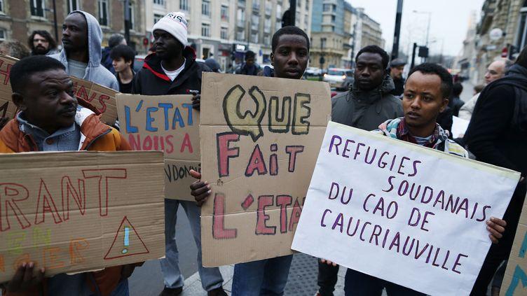 Des migrants manifestent devant la sous-préfecture de Seine-Maritime, au Havre, le 19 décembre 2016. (CHARLY TRIBALLEAU / AFP)