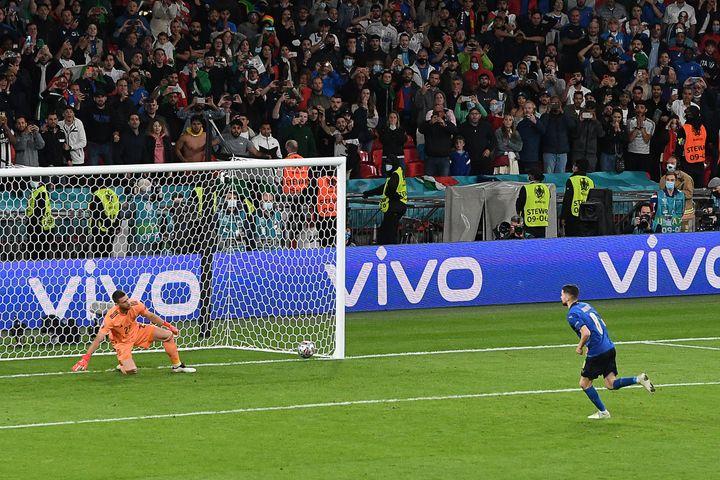 Jorginhoprend Unai Simon à contre-pied en demi-finale de l'Euro 2021 et qualifie l'Italie pour la finale, le 6 juillet à Londres (FACUNDO ARRIZABALAGA / AFP)