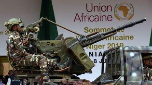 Les forces armées nigériennesen patrouille lors de l'ouverture du sommet de l'Union africaine, à Niamey, le 4 juillet 2019. (ISSOUF SANOGO / AFP)