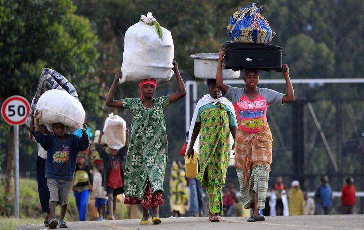 Déplacement de populations lors de combats entre l'armée congolaise et un groupe rebelle à l'est de la RDC, à la frontière avec l'Ouganda. (REUTERS/James Akena)