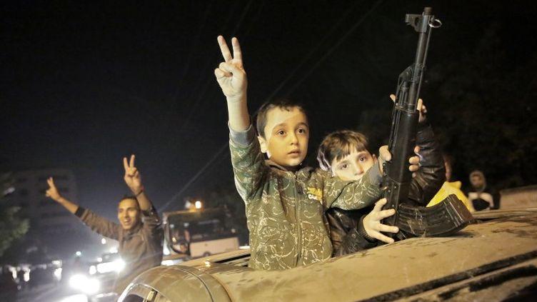 Des enfants palestiniens célèbrent le cessez-le-feu entre Israël et le Hamas à Gaza, mercredi 21 novembre 2012. (ANDREY STENIN / RIA NOVOSTI / AFP)