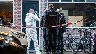Des policiers sur les lieux où un journaliste néerlandais a été gravement blessé par balles, le 6 juillet 2021 à Amsterdam (Pays-Bas). (KILLIAN LINDENBURG / ANP MAG / AFP)