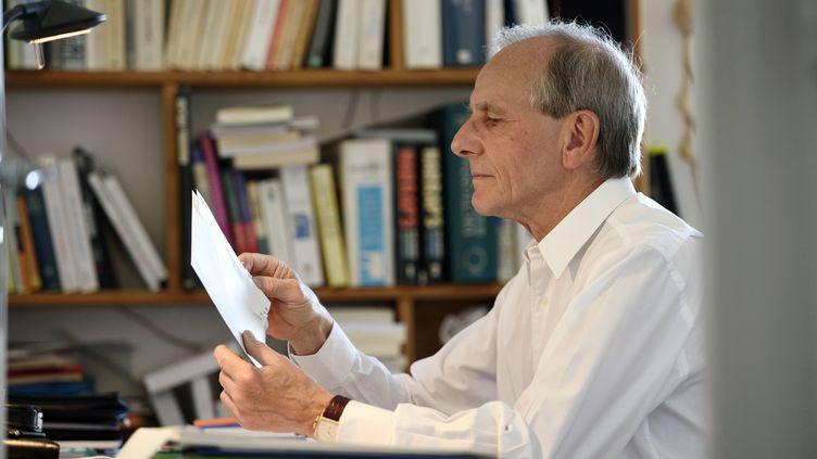 Le généticien Axel Kahn dans son domicile parisien, le 14 avril 2015. (ERIC FEFERBERG / AFP)