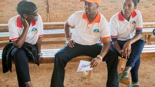 Le chanteur chrétien Kizito Mihigo, au centre, en discussion avec des membres de sa fondation, la Kizito Mihigo Foundation (KMP), après avoir libéré de prison le 15 septembre 2018 dans la périphérie de Kigali, la capitale rwandaise. (CYRIL NDEGEYA / AFP)