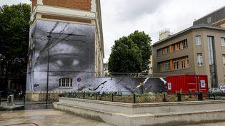 Le collage géant en noir et blanc de JR et des élèves de l'école de cinéma Kourtrajmé de Ladj Ly, en hommage à Adama Traoré et à George Floyd, dévoilé mardi 9 juin 2020 dans une rue de Paris 10e. (SEBASTIEN MUYLAERT / MAXPPP)