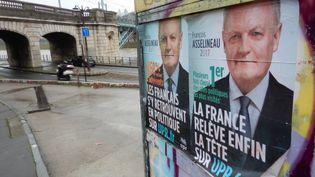 Affiches du candidat à l'élection présidentielle François Asselineau dans le 16e arrondissement de Paris le 7 mars 2017. (OLIVIER BÉNIS / FRANCE-INTER)