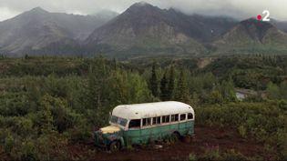 """De nombreux randonneurs veulent atteindre le Magic Bus, situé en Alaska et mentionné dans le livre tiré d'une histoire vraie """"Voyage au bout de la solitude"""" de Jon Krakauer. Le bus vient d'être déplacé. (France 2)"""