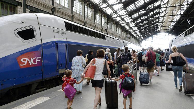Des voyageurs à la gare de Lyon à Paris, le 3 août 2013. (BERTRAND GUAY / AFP)