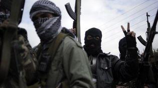 Les rebelles syriens patrouillent à 15 km de Homs, le 24 janvier 2012. (AFP PHOTO/STR)